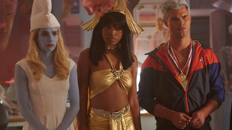 """SCREAM QUEENS: L-R: Emma Roberts, Keke Palmer and Taylor Lautner in the all-new """"Halloween Blues"""" episode of SCREAM QUEENS airing Tuesday, Oct. 18 (9:01-10:00 PM ET/PT) on FOX. Cr: Michael Becker / FOX. © 2016 FOX Broadcasting Co."""